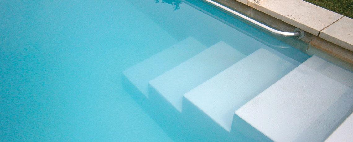 Floculation piscine : solution eau trouble piscine